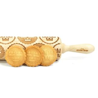 mönstrad kavel med svenskt tre kronor motiv