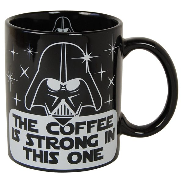 mugg med darth vader från star wars och texten the coffee is strong with this one