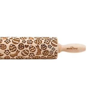handgjord mönstrad kavel i trä med påsktema föreställande påsk ägg och harar. Finns i två olika storlekar